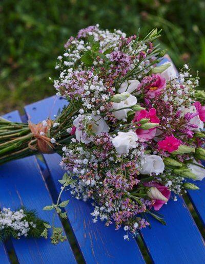 Brautstrauss Und Passende Weisse Reversblumen