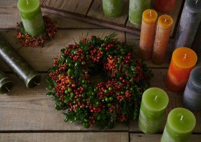 Kerzen Handgemacht und Beerenkranz